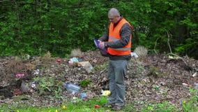 Ο περιβαλλοντικός ανώτερος υπάλληλος γράφει στο μολυσμένο πάρκο απόθεμα βίντεο