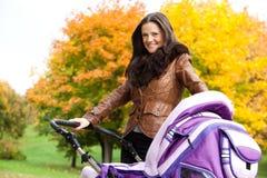 ο περιπατητής πάρκων μητέρων Στοκ εικόνες με δικαίωμα ελεύθερης χρήσης