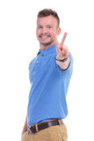 Ο περιστασιακός νεαρός άνδρας παρουσιάζει σημάδι ειρήνης Στοκ φωτογραφία με δικαίωμα ελεύθερης χρήσης