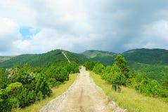 Ο πετρώδης δρόμος στα βουνά Καύκασου, Ρωσία Στοκ Εικόνα