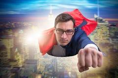 Ο πετώντας έξοχος ήρωας πέρα από την πόλη στοκ εικόνα