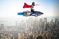 Ο πετώντας πύραυλος μικρών κοριτσιών στην έννοια superhero Στοκ Φωτογραφίες