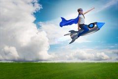 Ο πετώντας πύραυλος μικρών κοριτσιών στην έννοια superhero Στοκ Εικόνα