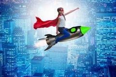 Ο πετώντας πύραυλος μικρών κοριτσιών στην έννοια superhero Στοκ εικόνα με δικαίωμα ελεύθερης χρήσης