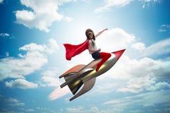 Ο πετώντας πύραυλος μικρών κοριτσιών στην έννοια superhero Στοκ εικόνες με δικαίωμα ελεύθερης χρήσης