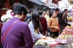 Ο πελάτης αγοράζει τα τρόφιμα του φεστιβάλ άνοιξη Στοκ Φωτογραφία