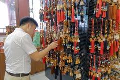 Ο πελάτης αγοράζει το βουδιστικό φυλακτό στο liudushuwu (έξι βαθμοί βιβλιοπωλείων) Στοκ φωτογραφίες με δικαίωμα ελεύθερης χρήσης