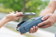 Ο πελάτης πληρώνει από το κινητό τηλέφωνο στοκ φωτογραφίες
