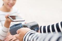 Ο πελάτης πληρώνει από το κινητό τηλέφωνο Στοκ Εικόνες