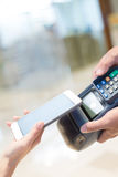 Ο πελάτης πληρώνει από το κινητό τηλέφωνο Στοκ φωτογραφία με δικαίωμα ελεύθερης χρήσης