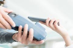 Ο πελάτης πληρώνει από το κινητό τηλέφωνο Στοκ εικόνες με δικαίωμα ελεύθερης χρήσης