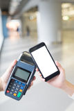 Ο πελάτης πληρώνει από το κινητό τηλέφωνο Στοκ Φωτογραφία