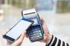 Ο πελάτης πληρώνει από το κινητό τηλέφωνο Στοκ φωτογραφίες με δικαίωμα ελεύθερης χρήσης