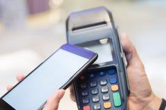 Ο πελάτης πληρώνει από το κινητό τηλέφωνο Στοκ εικόνα με δικαίωμα ελεύθερης χρήσης