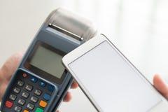 Ο πελάτης πληρώνει από το κινητό τηλέφωνο Στοκ Εικόνα