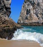 Ο πελεκάνος εσκαρφάλωσε στο λιμάνι Cabo SAN Lucas βράχου Los Arcos (τέλος εδάφους) σε Baja Μεξικό Στοκ εικόνα με δικαίωμα ελεύθερης χρήσης