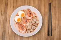 Ο πικάντικος Tom Yum Goong, κρεμώδεις γαρίδες Ramen με το αυγό και το μανιτάρι ο στοκ εικόνα με δικαίωμα ελεύθερης χρήσης
