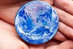 ο πλανήτης έννοιας σώζει Στοκ εικόνα με δικαίωμα ελεύθερης χρήσης