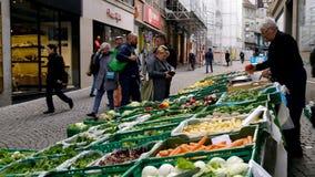 Ο πλανόδιος πωλητής πωλεί τα φρούτα και λαχανικά φιλμ μικρού μήκους
