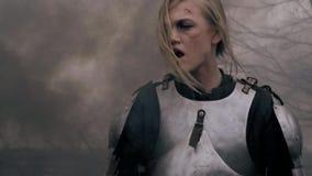 Ο πληγωμένος πολεμιστής γυναικών στο μεσαιωνικό τεθωρακισμένο περιπλανιέται μέσω του καπνού απόθεμα βίντεο