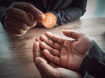 Ο πλούσιος άνθρωπος δίνει τη χρυσή σπείρα κομματιών Στοκ εικόνα με δικαίωμα ελεύθερης χρήσης