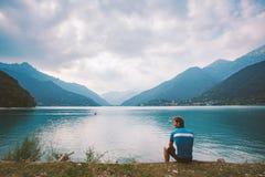 Ο ποδηλάτης ατόμων στηρίζεται κοντά σε μια λίμνη Lago Di Ledro βουνών στην Ιταλία Στοκ Εικόνα