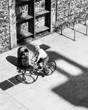 Ο ποδηλάτης μεταξύ των γκράφιτι και του τσιμέντου στοκ φωτογραφία με δικαίωμα ελεύθερης χρήσης