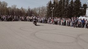 Ο ποδηλάτης οδηγά μια μοτοσικλέτα χωρίς κράτημα της ρόδας Δροσίστε την ακροβατική επίδειξη σε μια μοτοσικλέτα απόθεμα βίντεο