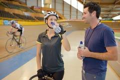 Ο ποδηλάτης που έχει πίνει το νερό Στοκ Εικόνες