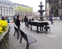 Ο ποδηλάτης ρυμουλκεί το πιάνο, Κολωνία στοκ φωτογραφία με δικαίωμα ελεύθερης χρήσης