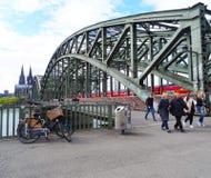 Ο ποδηλάτης ρυμουλκεί το πιάνο, Κολωνία στοκ εικόνα με δικαίωμα ελεύθερης χρήσης