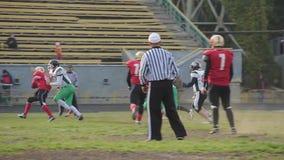 Ο ποδοσφαιριστής παραβιάζει τους κανόνες παιχνιδιών, διαιτητής που κάνει το αντιαθλητικό σημάδι συμπεριφοράς απόθεμα βίντεο