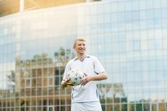 Ο ποδοσφαιριστής συμμετέχει στο παγκόσμιο πρωτάθλημα στοκ εικόνες