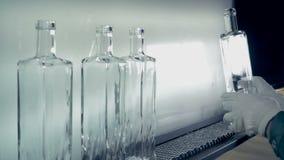 Ο ποιοτικός έλεγχος των μπουκαλιών σε εγκαταστάσεις, κλείνει επάνω απόθεμα βίντεο