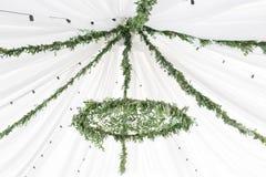 Ο πολυέλαιος φιαγμένος από πράσινους φύλλα και κλάδους κρεμά κάτω από την ελαφριά σκηνή Διακοσμητικά φω'τα Ύφος φύσης Στοκ φωτογραφία με δικαίωμα ελεύθερης χρήσης