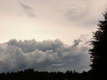 Ο πολύβλαστος σωρείτης καλύπτει την ευρεία ζώνη στο θερινό ουρανό πριν από μια καταιγίδα r στοκ φωτογραφία