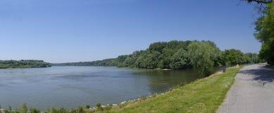 Ο ποταμός αποβαθρών Δούναβη Στοκ φωτογραφία με δικαίωμα ελεύθερης χρήσης