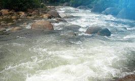 Ο ποταμός βουνών λικνίζει το υπόβαθρο στοκ φωτογραφία με δικαίωμα ελεύθερης χρήσης