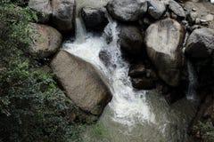 Ο ποταμός βουνών με τον καταρράκτη μεταξύ των φραγμών των πετρών στην ινδική ζούγκλα χαμήλωσε τα χρώματα Στοκ εικόνες με δικαίωμα ελεύθερης χρήσης