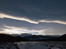 Ο ποταμός βουνών το χειμώνα στο ηλιοβασίλεμα στην Ουκρανία στοκ φωτογραφίες