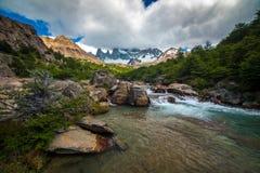 Ο ποταμός διατρέχει των ορμητικά σημείων ποταμού πετρών στα βουνά Shevelev Στοκ Φωτογραφίες