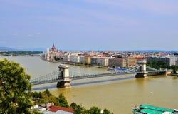Ο ποταμός Δούναβη, η γέφυρα αλυσίδων Széchenyi και η πόλη στοκ φωτογραφία