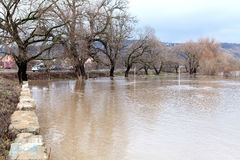 Ο ποταμός εξερράγη τις τράπεζές του Στοκ Εικόνες