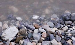 ο ποταμός λικνίζει το ύδωρ πετρών Στοκ Φωτογραφία