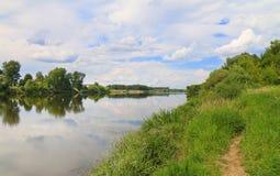 Ο ποταμός και οι τράπεζές του, ουρανός έχουν συννεφιά Στοκ φωτογραφία με δικαίωμα ελεύθερης χρήσης