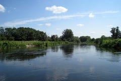 Ο ποταμός και ο ουρανός στοκ φωτογραφίες με δικαίωμα ελεύθερης χρήσης
