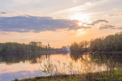 Ο ποταμός και ο ουρανός στο ηλιοβασίλεμα Στοκ Εικόνα