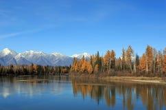 Ο ποταμός και τα βουνά στοκ εικόνα με δικαίωμα ελεύθερης χρήσης