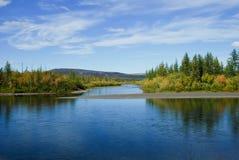 Μπλε ποταμός κάτω από το μπλε ουρανό. στοκ φωτογραφία με δικαίωμα ελεύθερης χρήσης