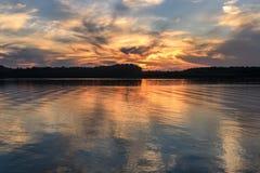 Ο ποταμός καλύπτει τις αντανακλάσεις ηλιοβασιλέματος ουρανού Στοκ εικόνες με δικαίωμα ελεύθερης χρήσης